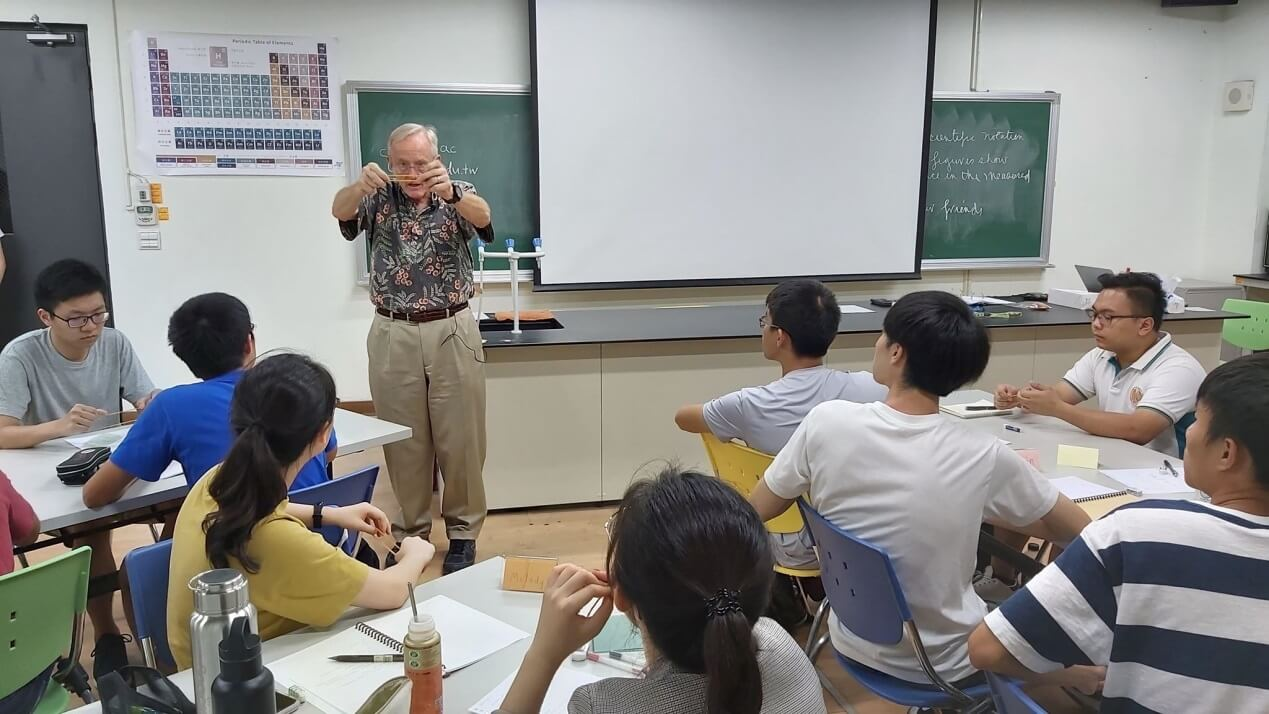 In its ongoing efforts to expand the international perspective of students, National Chiao Tung University (NCTU) has invited a senior American professor to teach at the Department of Applied Chemistry